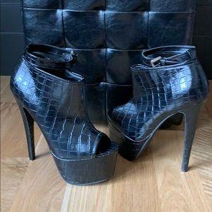 NWOT Size 8 heeled black boot